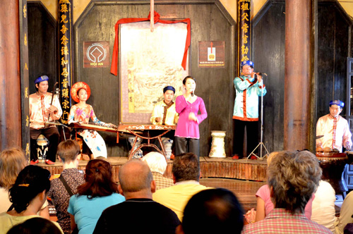 Attracting tourists by Traditional Art Performance